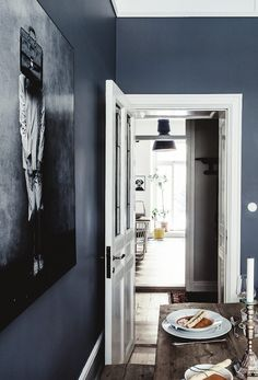 A dramatic Stockholm space in dark colours (my scandinavian home) Stockholm, Grey Hallway, Dark Blue Walls, Dark Grey, Vintage Apartment, French Style Homes, Dark Interiors, Affordable Furniture, Scandinavian Home