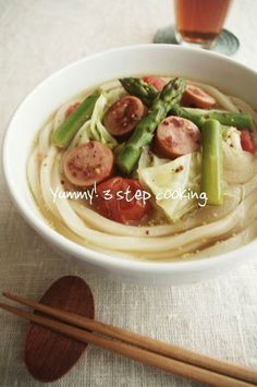 「冷凍うどんでお悩み解決キッチン」がスタートです♪レシピは、ソーセージとトマトの野菜スープうどん