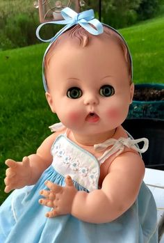 Look at those sweet eyes. Old Dolls, Antique Dolls, Vintage Dolls, Newborn Baby Dolls, Cute Baby Dolls, Mini Bebidas, Toddler Dolls, Madame Alexander Dolls, Small Baby