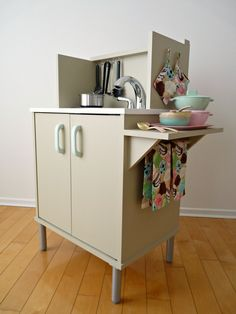 Dans le Townhouse: DIY Play Kitchen love those ice cream hand towels too!