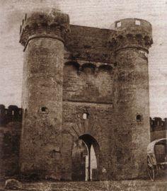 Portal Nou, entrada a la ciudad desde el puente de San José, derribado en 1868. Estaba situado en donde actualmente se planta la falla de .../ Valencia / vintage photography /