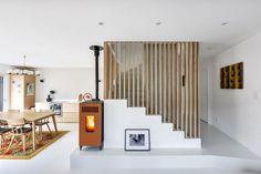 Des tasseaux en chêne pour ajourer l'escalier avec style.