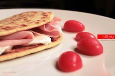 La piadina è una preparazione romagnola, molto semplice e gustosa, che si può realizzare a casa e conservare, pronta all'uso per ogni evenienza.