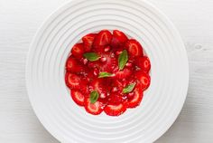 Carpaccio de fraises, sirop de basilic et citron vert // Strawberry carpaccio, basil syrup and green lemon