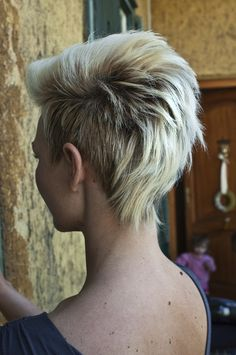 We can always see some black women wearing the cool Mohawk hairstyles on streets. It is really interesting when the layered hair strands meet the razor cut. A medium Mohawk hairstyle is shaped with. Pixie Hairstyles, Pretty Hairstyles, Mohawk Hairstyles For Women, Short Funky Hairstyles, Hairstyle Ideas, Fashion Hairstyles, Layered Haircuts, Short Women's Haircuts, Hair Ideas