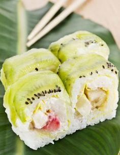 Süßes Sushi mit Kiwi, Banane und Erdbeere