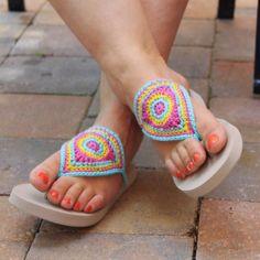Crochet Flip Flops with Free Pattern Bloom Flip Flops Free PatternBloom Flip Flops Free Pattern Crochet Sandals, Crochet Shoes, Crochet Slippers, Crochet Clothes, Chunky Crochet, Free Crochet, Knit Crochet, Crochet Flip Flops, Flipflops