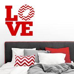 Vinilo decorativo Love.  Moderno vinilo decorativo de pared con la palabra Love y estampado zig-zag.