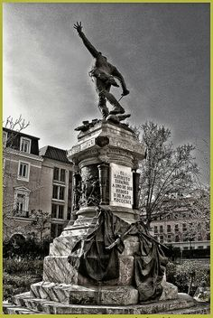 La estatua del teniente Ruiz, en la Plaza del Rey, por Mariano Benlliure.