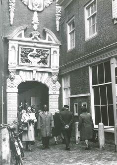 Zie hier de ingang van het Amsterdam Museum in 1971. Behalve de kleding van de mensen is er weinig veranderd!