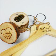 rustykalny zestaw - pudełko na obrączki i wieszaczki 😍  #pudełkonaobrączki #rustykalnewesele #wieszak #wieszakiślubne #detale #ślub #wesele #mech #obrączki #ślub2020 #wedding #love #heart #inicjały #miłość #toruń #gravergifts