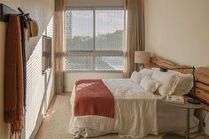 Nada de extravagância, o quarto pode ser muito aconchegante utilizando poucas peças e com tons e texturas neutras