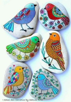 Here are some pictures from the beautiful collection of painted stones and pebbles from the Net! These are amazing ideas that are been decorated with