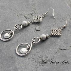 Bijou créateur - boucles d'oreilles pendantes argentées antiques breloques anneaux infinis perles howlite et sequins émaillés blanc