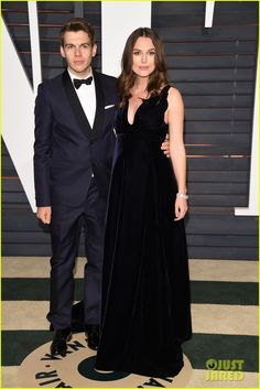 Keira Knightley Dresses Her Baby Bump in midnight blue  for Vanity Fair's Oscars 2015 Party