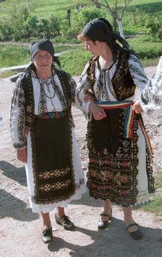 Miheșu de Câmpie | The Eliznik pages Romanian Flag, Folk Costume, My Heritage, Traditional Outfits, Crochet Lace, Black Cotton, Textiles, Terra, Hungary