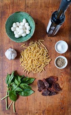 Receta de pasta apta para la dieta Dukan: Ensalada de pasta con tomate seco, albahaca y mozzarella. Puedes tomarla en la comida de feculentos de la NUEVA dieta Dukan (sábado) o en Consolidación