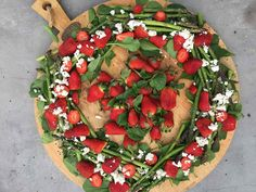 Asparagus and Strawberry Christmas Wreath Salad Quinoa, Feta, Paleo, Dressing, Asparagus Recipe, Food For A Crowd, Serving Platters, Salad Recipes, Easy