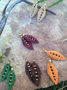 Beautiful leaves made with makrame technique using waxed macrame thread. Macrame Bag, Macrame Necklace, Macrame Jewelry, Macrame Bracelets, Diy Jewelry, Jewellery, Leaf Earrings, Beaded Earrings, Crochet Earrings