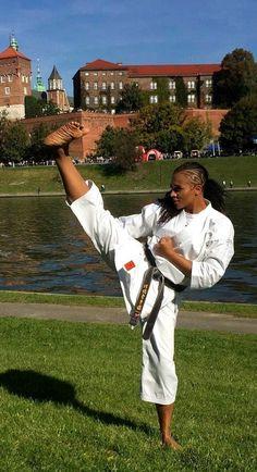 Female Martial Artists, Martial Arts Women, Self Defense Martial Arts, Karate Girl, Art Women, Fitness Women, Taekwondo, Barefoot, Madness