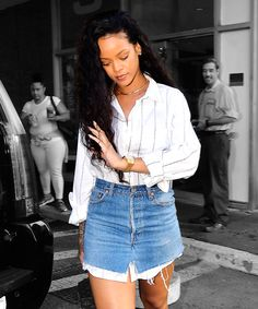 Rihanna showed us a novel way to pair a button-up and a miniskirt with this killer outfit. Long Shirt Outfits, Cute Modest Outfits, Jean Outfits, Rihanna Show, Mature Fashion, Denim Skirt, Denim Jeans, Celebrity Look, Oversized Shirt