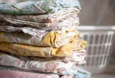 Instead of getting rid of old sheets and linens, or tearing them up for rags, learn how to reuse them, or those you pick up at thrift stores and garage sales, to decorate your home. Folding Fitted Sheets, Old Bed Sheets, Garage Pictures, Cool Garages, Diy Chair, Refurbished Furniture, Spring Cleaning, Decorating Your Home, Decorating Ideas