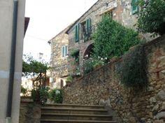 Alla scoperta di Montescudaio ... delizioso borgo della provincia di Pisa che si presenta ancora oggi raccolto entro i resti della sua antica cinta muraria.