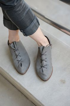 Cramped oxford, made of one piece of leather which Gathered over the leg by laces.  Upper made of thin, soft leather. The shoes are very soft,
