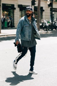 Men Clothing A look at the best street style from Men's Fashion Week in Paris, including relaxed pants, tucked-in T-shirts, and much more. Men Clothing Source : A look at the best street style Mens Fashion Week, Latest Mens Fashion, Urban Fashion, Fashion Fashion, Fashion Outfits, Spring Fashion, Fashion Women, High Fashion, Fashion Check