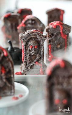 Chocolate Tombstone Snack Cakes - the perfect haunted Halloween dessert recipe. #halloween #cake #chocolate #snackcake #dessert #recipe Creepy Halloween Food, Halloween Desserts, Halloween Cakes, Halloween Treats, Haunted Halloween, Spooky Treats, Halloween Stuff, Halloween Party, Cupcake Recipes