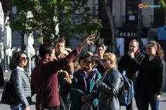 Our amazing #teacher Fran shows the students around on a #sunny day in Madrid / Nuestro increíble #profesor Fran da un pequeño #tour a los estudiantes en un día #soleado en #Madrid