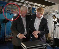 Snelle vingers, afleiding en manipuleren. Zowel goochelaars als zakkenrollers zijn hier een meester in. WEB: https://goochelaar-steve.nl