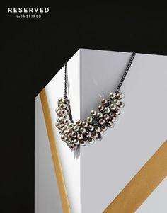 elegancki, pasujący prawie do każdej eleganckiej stylizacji, pięknie ozdabiający szyję naszyjnik z perełkami