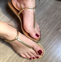 Nice Toes, Pretty Toes, Pies Sexy, Soft Feet, Foot Toe, Sexy Toes, Female Feet, T Strap Sandals, Women's Feet