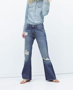 изображение 4 из ДЖИНСЫ 74'S FLARE DAMAGE от Zara