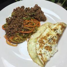 Instagram media projeto60kga - Minha jantinha de hoje  Macarrão de abobrinha e cenoura da @dieta_brasil + omelete de clara com queijo de búfala e grãos de quinoa e chia ❤️ #juntascomaaline