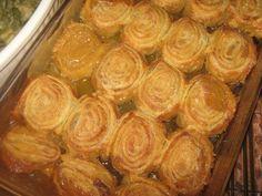 Jy kan 'n rol Puff pastry gebruik of: Kors: botter meel bakpoeier 2 groot eiers melk Vr. Gammon Recipes, Braai Recipes, Cooking Recipes, Sweet Potato Rolls, Sweet Potato Dishes, Vegetable Dishes, Vegetable Recipes, Kos, Sweet Patato
