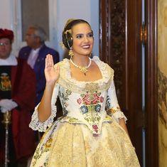 Marina Civera a punt de ser proclamada a l'Hemicicle de l'Ajuntament. 📸 @fotofilmax_armandor  #Proclamació19 #Falles19 Rococo, Regional, Sari, Costumes, Pretty, Color, Fashion, Templates, Vestidos