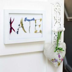 Make use of beautiful spring blooms and transform wilting flowers into pretty door plaques for a girl& bedroom. Use pressed flowers to create a fab design! Dried And Pressed Flowers, Pressed Flower Art, Dried Flowers, Pressed Leaves, Easy Crafts, Crafts For Kids, Door Name Plates, Door Plaques, Flower Names