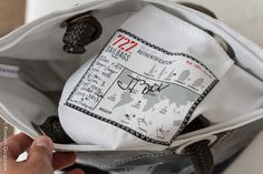 Sur chaque sac, une fiche d'authentification de la voile utilisée. Ici, une voile du skipper Jean-Pierre Dick