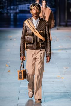 Louis Vuitton Fall 2019 Menswear Collection – Vogue: The Louis Vuitton label was founded by Vuitton in 1854 on Rue. Men Fashion Show, Mens Fashion Week, Mens Fashion Suits, Fashion Show Collection, Winter Fashion, Paris Fashion, Men's Fashion, Fashion Socks, Fashion Black
