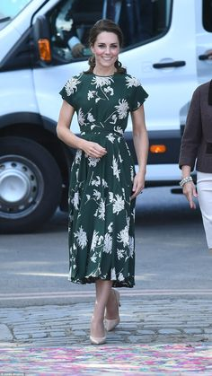 The Duchess of Cambridge arrived at the Chelsea Flower Show in glorious sunshine. Her green printed floral dress is by Rochas. Chelsea Flower Show, Looks Kate Middleton, Pippa Middleton, Duchesse Kate, Style Royal, Kate And Pippa, Herzogin Von Cambridge, Princesa Kate, Green Floral Dress