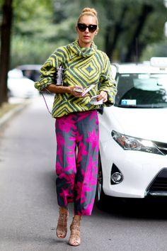 「ドリス ヴァン ノッテン」のニット&パンツで、グラフィカルな着こなしを披露した「Kabuki Paris」のエリナ。難易度の高いクロップト丈のワイドパンツを、「アライア」のヒールでバランスよくコーディネート。