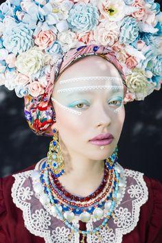 Retrato de mujer en un traje moderno reinterpretando la tradición de Polonia