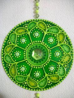 MANDALA LLAMA VERDE: El verde se asocia con Ray (energía cósmica) de la Gran Hermandad Blanca de Maestros Ascendidos, Seres Iluminados son que proteja y guíe a la humanidad a milenios. La instalación de sanación en todos los niveles es lo que inspira a este mandala, la alegría y el vigor de la perfecta salud, donde nos centramos nuestra atención en es lo que atraemos a nuestras vidas. Verde también inspira la verdad y la devoción espiritual y mental, alivia y calma. Mandala Painting, Dot Painting, Painting Patterns, Mandala Artwork, Cd Recycle, Upcycle, Old Cd Crafts, Hamsa Art, Recycled Cds