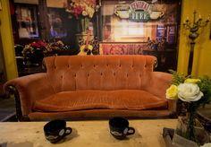 """Il divano, diventato icona degli anni Novanta; gli abiti, indossati dai protagonisti che hanno dettato la moda; a venti anni dalla prima puntata della fortunata serie televisiva """"Friends"""" tutto rivive nel culto del mito. Solo per un mese - si tratta di un locale pop-up - nel quartiere di Soho, New York, sarà possibile sedersi nel """"Central Perk"""", il bar dove Rachel e i suoi amici si davano appuntamento, e consumare una tazza di caffè"""