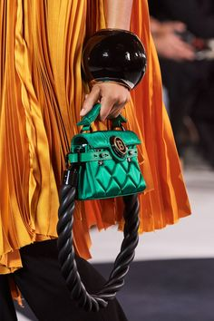 Balmain Spring 2020 Ready-to-Wear Fashion Show - Ladys Marron Couture Handbags, Fashion Handbags, Purses And Handbags, Fashion Bags, Leather Handbags, Fashion Show, Leather Purses, Fashion Fashion, Runway Fashion