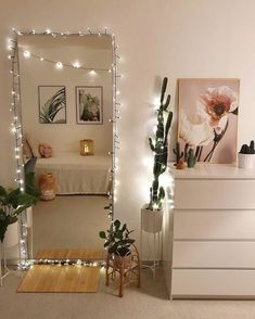 You probably have started to scroll on Pinterest but the truth is: you won't have much space, so the pallet furniture you've fallen in love with might be out of the conversation. If you're looking for cute and cheap ways to make your room feel a bit more like home, these uni dorm ideas got you covered. Teenage Room Decor, Rooms For Teenage Girl, Bedroom Ideas For Small Rooms For Teens, Diy Room Decor For Girls, Nice Rooms, Teen Decor, Cute Room Decor, Cheap Room Decor, Small Room Decor