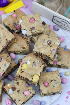 A Yummy Mini Egg & Chocolate Chip Cookie Traybake perfect for Easter. Mini Egg Cookie Bars are my new Easter Favourite that you'll all love too! Mini Eggs Cookies, Easter Cookies, Easter Treats, Easter Cake, Sugar Cookies, Baking Recipes, Dessert Recipes, Cake Recipes, Baking Ideas