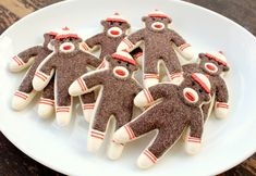 ridiculously cute sock monkey cookies that actually look manageable. would make a GREAT whimsical adult Christmas cookie in a spicy gingerbread or pfeffernüsse Monkey Cookies, Cute Cookies, Sugar Cookies, Sock Monkey Cupcakes, Cookie Desserts, Just Desserts, Cookie Recipes, Delicious Desserts, Cookie Ideas